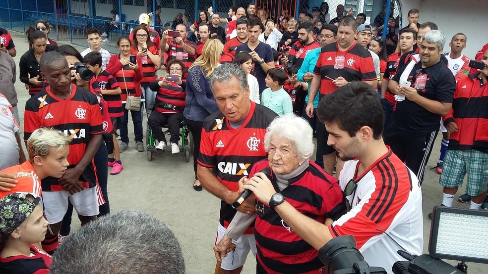 Dona Ida emocionou os jogadores do Fla (Foto: Felipe Basilio/GloboEsporte.com)