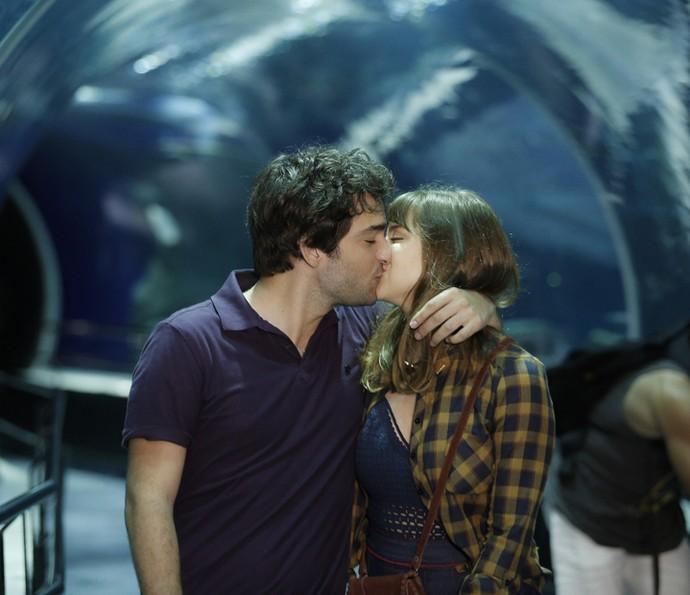 Tiago e Isabela estão muito apaixonados! (Foto: Raphael Dias/Gshow)