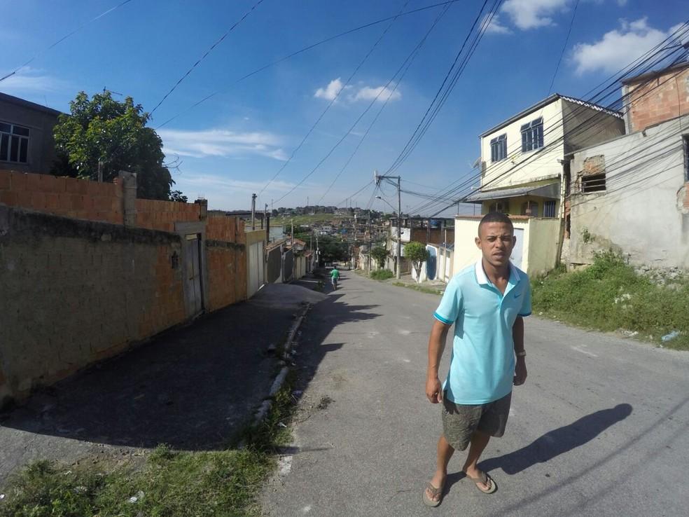 Luizinho no bairro onde mora, em Nilópolis, Baixada Fluminense (Foto: Felipe Schmidt)