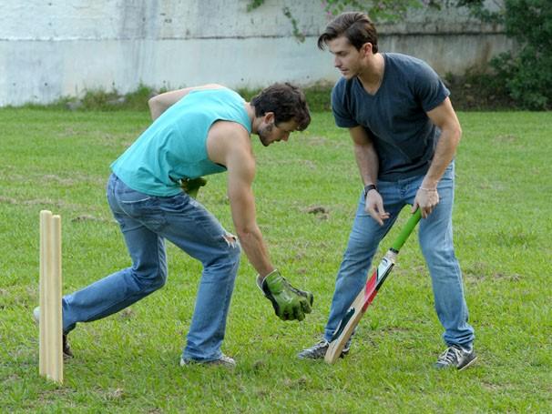 Daniel Dalcin e Klebber Toledo treinam críquete (Foto: João Cotta / TV Globo)