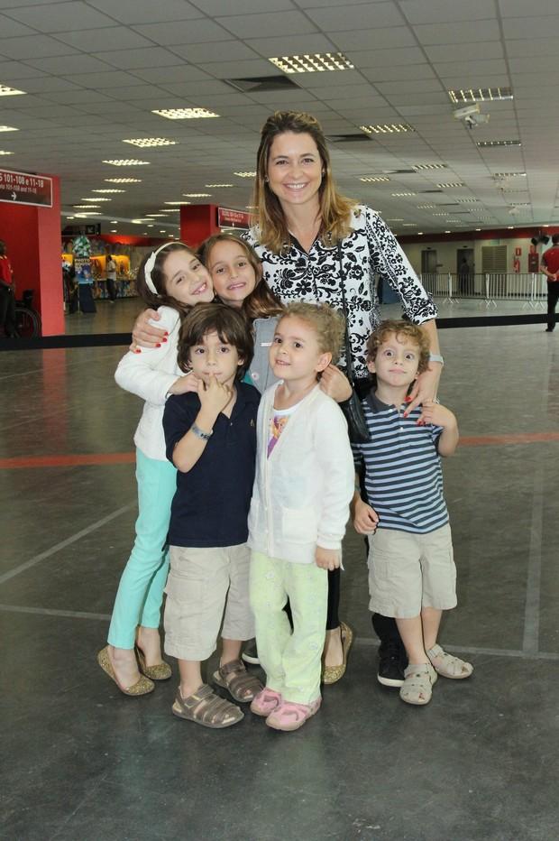 Cláudia Abreu com os filhos (Foto: Alex Palarea / AgNews)