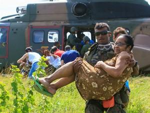 Militar da FAB regata idosa no Norte do Espírito Santo (Foto: Sargento Batista/ Agência Força Aérea)