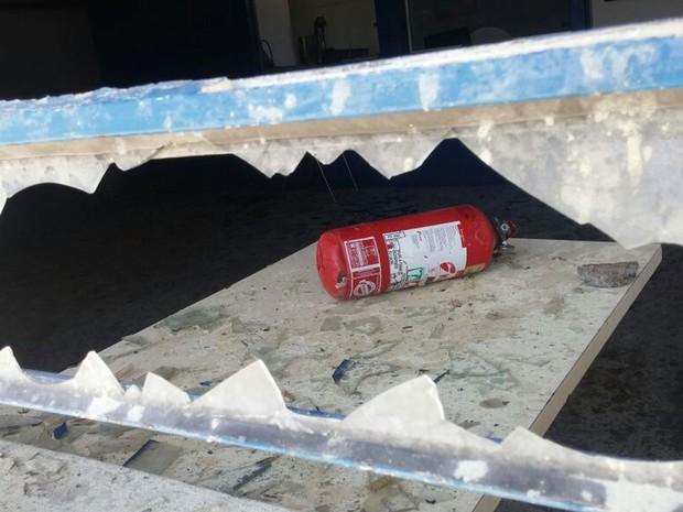 Vidros foram quebrados com estintores no Atlético em Piracicaba - show MC Kauan (Foto: Araripe Castilho/G1)
