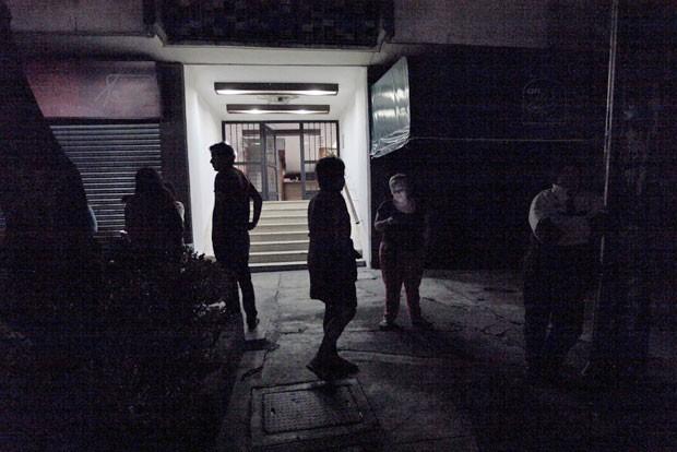 Pessoas são vista do lado de fora de prédios após terremoto ser sentido nesta terça-feira (28) na Cidade do México (Foto: Claudia Daut/Reuters)
