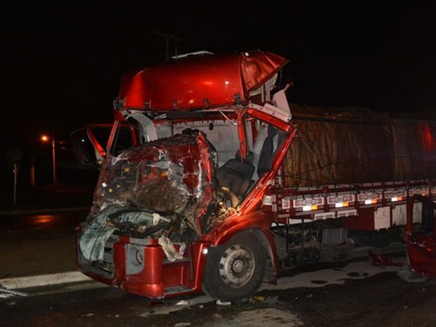 Frente do caminhão ficou destruída após batida (Foto: Anderson Oliveira/ Blog do Anderson)