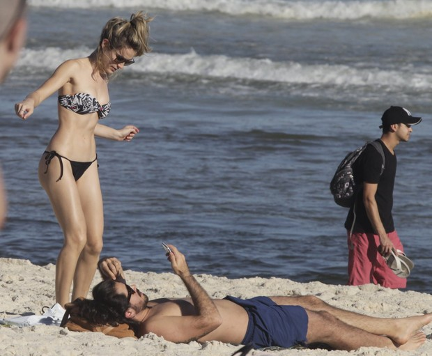 Bianca Bin com o marido na praia (Foto: Delson Silva / Ag News)