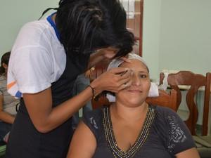 A dona de casa Maria Regina aprovou o trabalho da turma de maquiagem do Senac (Foto: Toni Francis/G1)