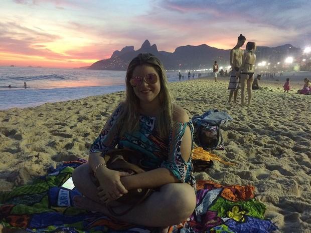 Carolina Mazzantini com o pôr do sol ao fundo, às 19h15 deste domingo, no Arpoador (Foto: Patricia Teixeira/G1)