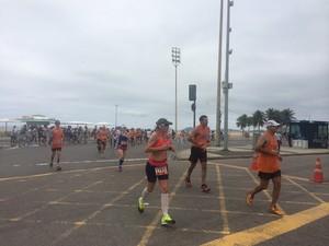 Maratonistas que passavam pelo local do protesto manifestaram apoio (Foto: Matheus Rodrigues/G1)