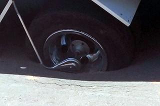 Detalhe mostra o pneu do caminhão afundando no asfalto (Foto: Henrique Fogaça)