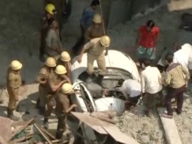 Equipes de resgate trabalham para retirar carro atingido por desabamento de ponte em Calcutá, na Índia, nesta quinta-feira (31) (Foto: ANI via Reuters)