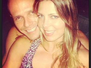 Sheila Mello posa ao lado do marido (Foto: Reprodução/ Instagram)