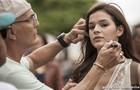 Bruna Marquezine, que viverá Helena no início da trama, tem a maquiagem retocada no intervalo das gravações (Foto: Inácio Moraes/TV Globo)