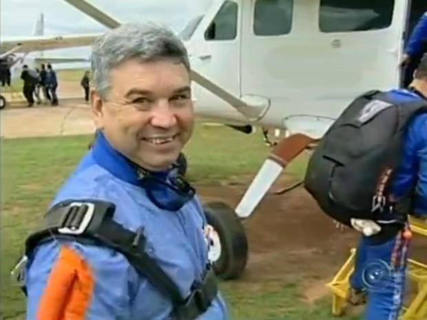 Salto de Nivaldo Leite da Silva foi gravado e divulga- do nas redes sociais para chamar a atenção do cantor. (Foto: Reprodução TV Tem)