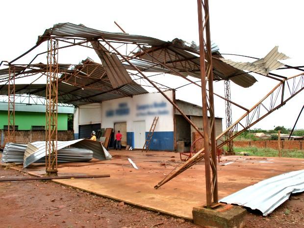 Oficina teve cobertura destruída com o tornado (Foto: Joelso Gonçalves/Aral Moreira News)