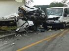 Batida entre caminhão, carreta, van e carro mata um e fere quatro em MG