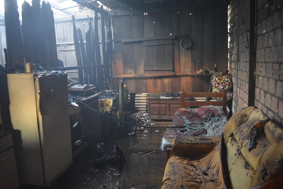 Fogo alcançou rapidamente os móveis da casa (Foto: Diêgo Holanda/G1)