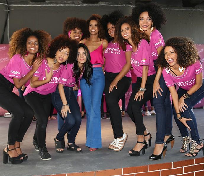 Tais Araújo posa, orgulhosa, com as 8 selecionadas  (Foto: Luiz Cláudio Costa)