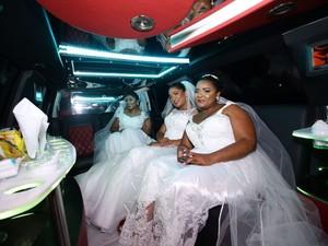 Noivas antes da celebração no carro que as levou à capela (Foto: Arquivo pessoal)