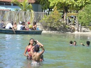 Tour pelo centro histórico de Itaparica começa com travessia por águas de encontro do rio com o mar (Foto: Josemar Pereira/Ag Haack)