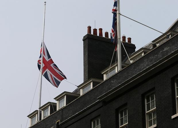 Bandeira britânica a meio mastro nesta segunda-feira (8) em Downing Street 10, residência oficial do premiê, em homenagem a Margaret Thatcher (Foto: Reuters)