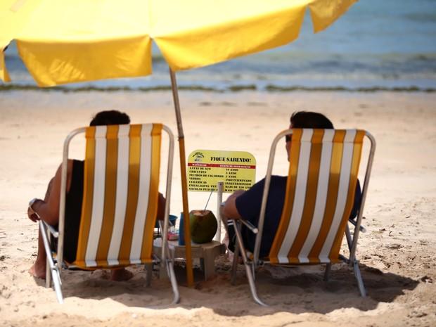 Placas são facilmente visualizadas por quem visita a praia. (Foto: Jonathan Lins/G1)