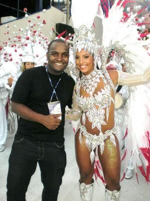 Galeria Reis do Carnaval - Guilherme Alves posa com uma amiga (Foto: Divulgação)