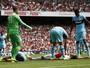 Cech falha, Giroud dá susto, e Arsenal começa Inglês com derrota