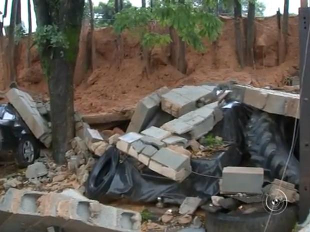 Lava-rápido para caminhões desmoronou e árvores caíram (Foto: Reprodução/TV TEM)
