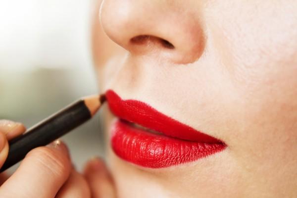 Tutorial ensina como usar o lápis para delinear os lábios