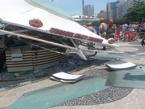 Quiosque desaba em Copacabana (Foto: Elisa de Souza/ G1)