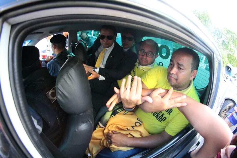 Presidente e vice da Associação de Cabos e Soldados (ACS-PE) foram presos em flagrante no Recife na sexta-feira (9) (Foto: Marlon Costa/Pernambuco Press)