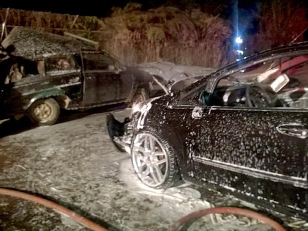 Carros envolvidos em batida no Riacho Fundo I, no DF na noite desta sexta (15); um dos veículos pegou fogo (Foto: Samu/Divulgação)