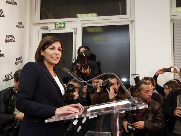 Eleita primeira prefeita da história de Paris, Anne Hidalgo faz discurso após o anúncio da vitória (Foto: JOEL SAGET / POOL / AFP)