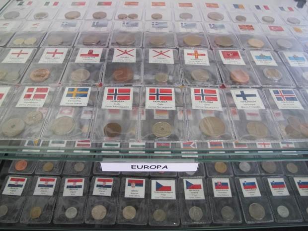 Acervo conta com dezenas de moedas de vários países (Foto: Mariane Rossi/G1)