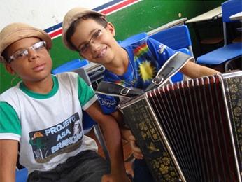 Marcos e Antônio adoram tocar sanfona e escutar Luiz Gonzaga (Foto: Luna Markman/G1)