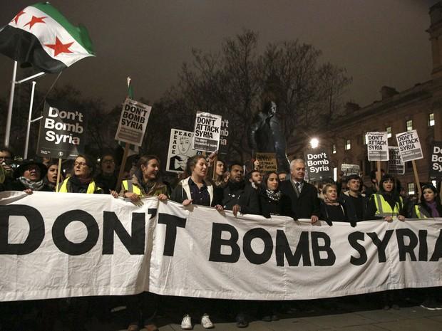 Manifestantes protestam contra a proposta britânica de bombardeio à Síria no combate ao Estado Islâmico em frente ao Parlamento, em Londres, na terça (1º) (Foto: Reuters/Neil Hall)