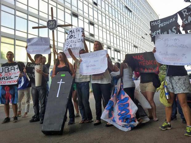 Alunos da Gama Filho promovem enterro simbólico da educação para protestar contra o descredenciamento da universidade fluminense (Foto: Vianey Bentes / TV Globo)
