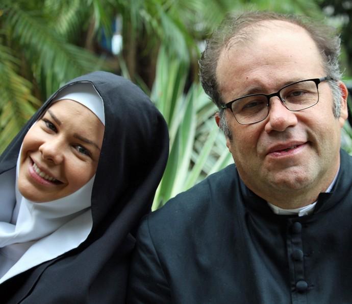 Fernanda Souza e Otávio Müller de freira e padre em gravação de 'A Regra do Jogo' (Foto: Gshow)