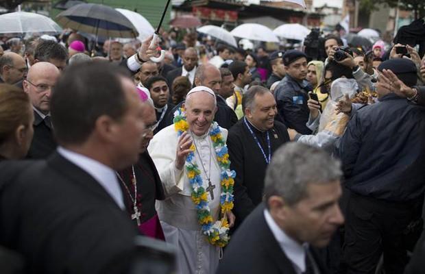Papa Francisco cumprimenta os fiéis que o aguardavam na favela de Varginha, no Complexo de Manguinhos, no Rio de Janeiro (Foto: EFE/David Fernández)