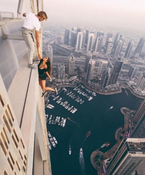 A modelo pendura no segundo edifício mais alto do mundo