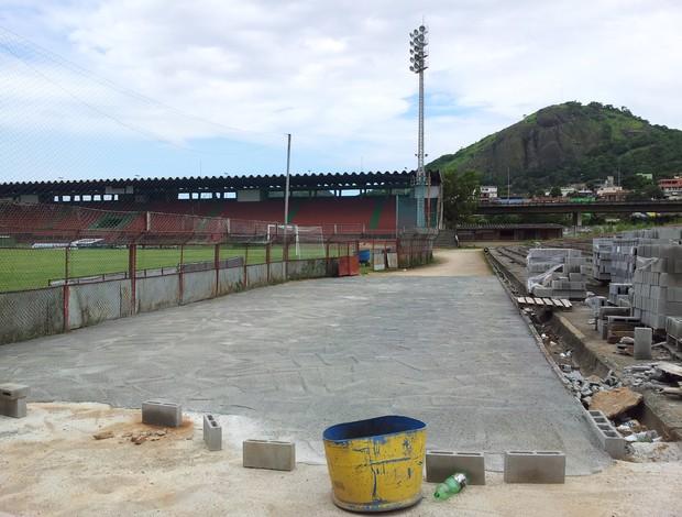 """Calçamento da área ao lado do """"tobogã"""", parte do Estádio Engenheiro Araripe (Foto: Bruno Marques/Globoesporte.com)"""