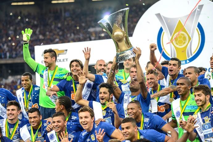 Cruzeiro levantando a taça de campeão brasileiro (Foto: Gustavo Andrade)
