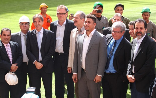Valcke e autoridades no Mané Garrincha (Foto: Fabrício Marques)