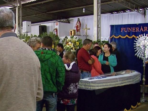 Corpos de romeiros foram enterrados neste sábado em Bom Repouso (Foto: Reprodução EPTV)