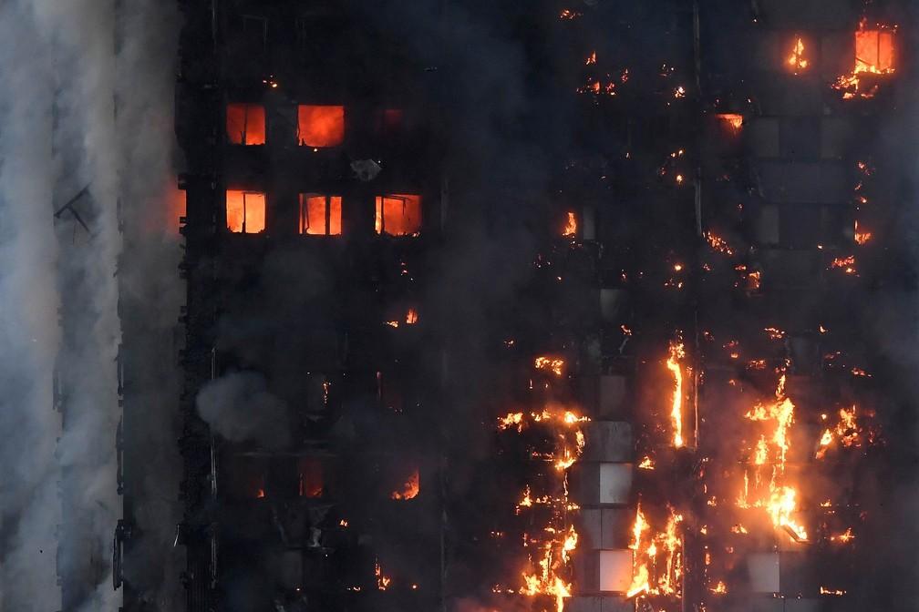 Fogo toma conta de andares de um prédio residencial em Londres, na Inglaterra (Foto: Toby Melville/Reuters)