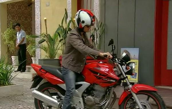 Vitor na moto (Foto: TV globo/Malhação)