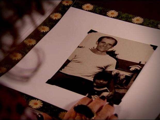 O álbum tem fotos antigas de Leleco e Tufão (Foto: Avenida Brasil/TV Globo)