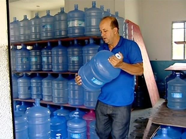 Doação de água mobiliza população no Noroeste do estado (Foto: Reprodução/ TV Gazeta)