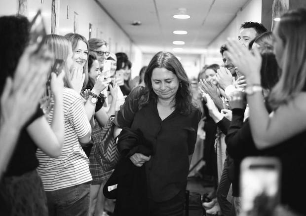 Alexandra Shulman deixa o 5º andar da Vogue House sob os aplausos de sua equipe (Foto: reprodução/instagram)
